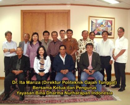 Dr. Ita Mariza (Direktur Politeknik Gajah Tunggal) bersama Ketua dan Pengurus Yayasan Bina Dharna Nurharapan Indonesia