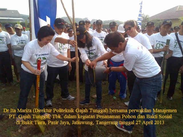 Dr. Ita Mariza (Direktur Politeknik Gajah Tunggal) bersama perwakilan manajemen PT. Gajah Tunggal, Tbk. dalam Kegiatan Penanaman Pohon dan Bakti Sosial di Bukit Tiara, Pasir Jaya, Jatiuwung, Tangerang pada tanggal 27 April 2013